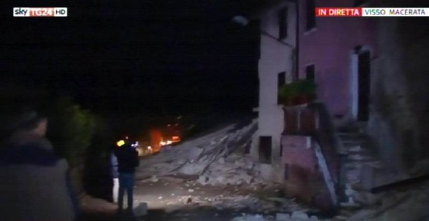 Terremoto, crolli e paura a Visso (Foto Ansa - fermo immagine da Sky)