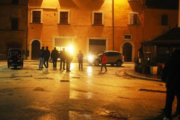 Terremoto, gente in strada a Visso, nel Maceratese (Foto Lapresse)
