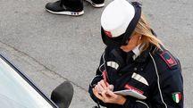 Una vigilessa eleva una multa