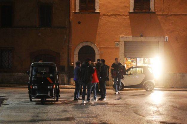 Gente in strada a Visso (Lapresse)
