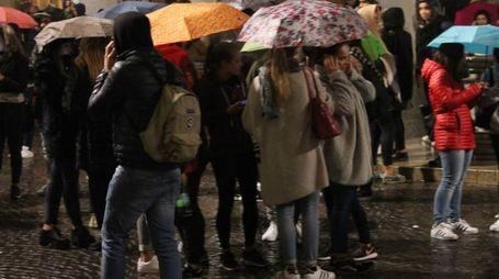 PIOVE PURE Ragazzi impauriti in piazza della Repubblica, Urbino