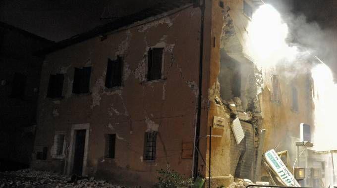 Un edificio crollato a Visso, in provincia di Macerata