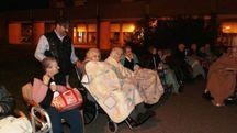 Anziani fuori dagli edifici a Castelfiorentino dopo il terremoto (Germogli)