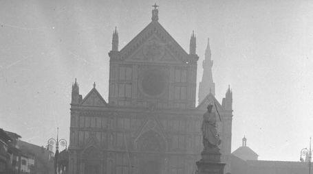 Dall'archivio storico New pressphoto una foto simbolo del 1966
