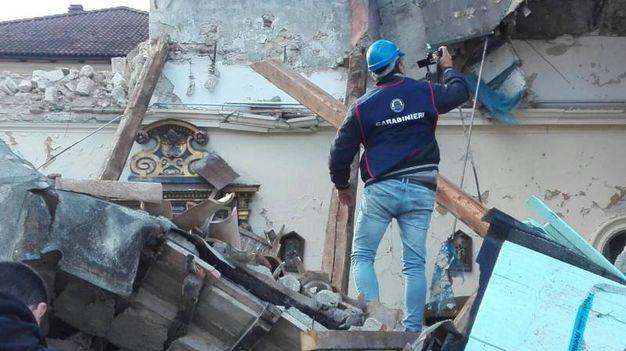 Un travailleur de sauvetage vérifie un bâtiment effondré après un tremblement de terre à Villa Sant'Antonio, fraction Visso (Ansa)