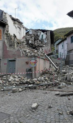 Un bâtiment effondré après un tremblement de terre à Villa Sant'Antonio (Ansa)
