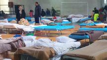 Terremoto, un centinaio di posti letto allestiti nel PalaCesari a Fabriano (Foto Di Marco)
