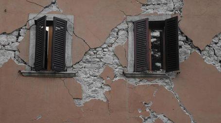 Visso, una casa danneggiata dal terremoto (Afp)