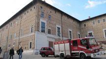 I Vigili del Fuoco di fronta al Palazzo Ducale di Urbino (Foto Ottaviani)