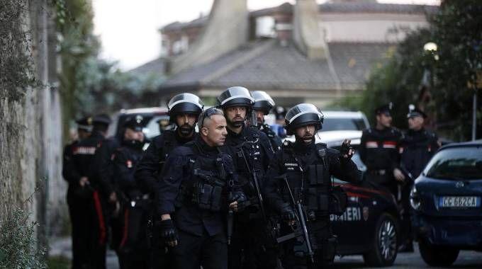 Omicidio-suicidio a Roma, i carabinieri in via Stasi (Ansa)
