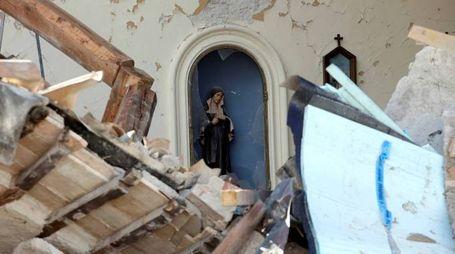 Visso, a statua di una Madonnina che ha resistito al terremoto (Reuters)