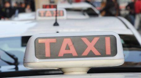 Taxi, l'insegna sull'auto di un tassista