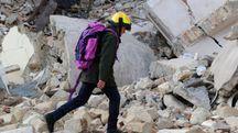 Una drammatica foto da Visso, in provincia di Macerata, uno dei comuni più colpiti (Ansa)