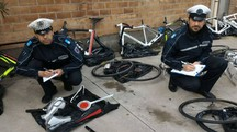 Gli agenti della Polizia Municipale fanno l'inventario della refurtiva recuperata