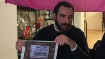 L'OLTRAGGIO SUI MURI Marco Tonti col manifesto affisso da Forza Nuova a Cesena