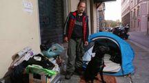 Riccardo con il suo cane (foto Marco Mori/New Pressphoto)