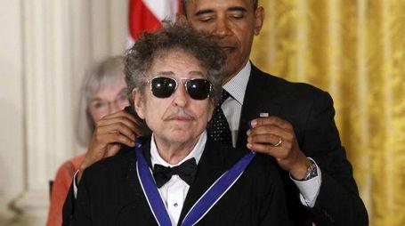 Bob Dylan riceve la medaglia presidenziale della libertà da Obama (Ansa)