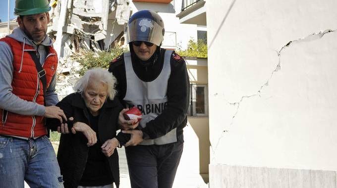 Un'anziana soccorsa a Tolentino (Foto Calavita)