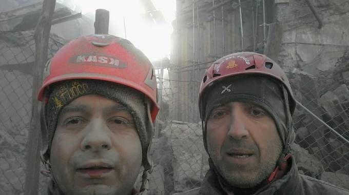 Paolo Giraudi e Mirko Succu, vigili del fuoco astigiani sopravvissuti ai crolli ad Arquata del Tronto (Ansa)