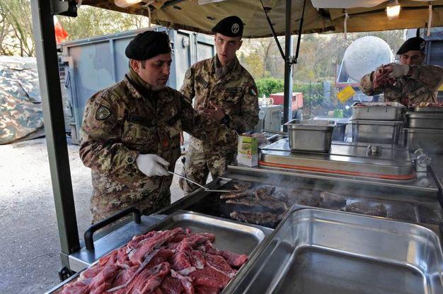 Visso, i militari dell'esercito preparano il pranzo (foto Calavita)
