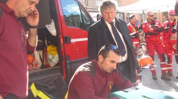 Il sindaco Giuseppe Pezzanesi con i vigili del fuoco