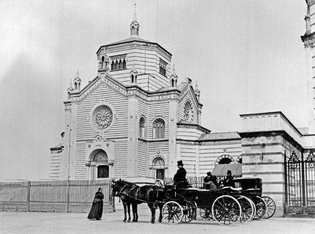 Una carrozza sosta davanti al Cimitero