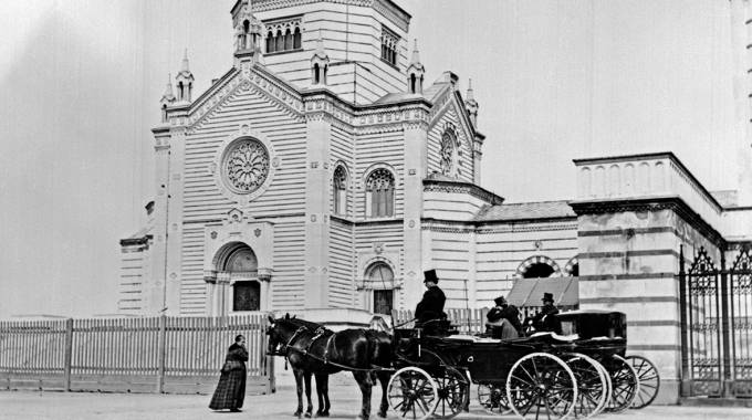 Carrozza davanti al Cimitero, una delle foto storiche in mostra