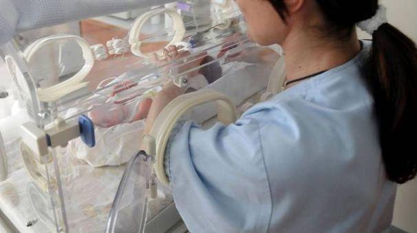 Infermiera e neonato (foto d'archivio)