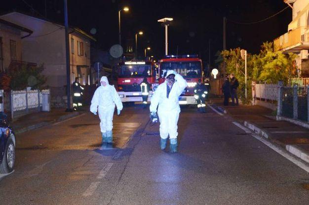 Davanti alla casa i carabinieri fanno le indagini (foto Donzelli)