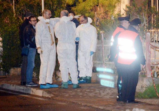 Porto Viro, i carabinieri davanti all'abitazione dove è stata uccisa l'anziana (foto Donzelli)