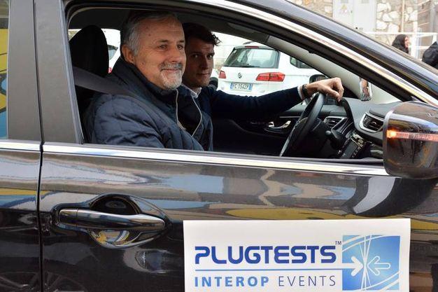 L'assessore Ceccarelli prova le 'auto del futuro' (Foto Simone Lanari)