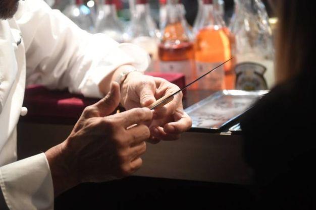 Lo chef Bruno Barbieri mentre mostra uno dei coltelli del ristorante