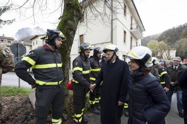 Sergio Mattarella insieme ai vigili del fuoco (foto Ansa)