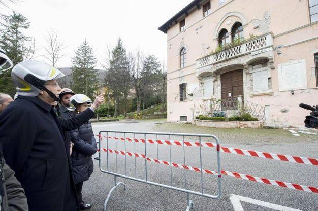 Il presidente Sergio Mattarella davanti a un edificio pericolante (foto Ansa)