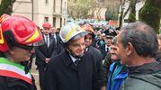 Il presidente Sergio Mattarella fra la gente di Ussita (foto Ansa)