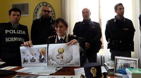 Il vicequestore aggiunto Mara Ferasin mentre mostra la droga sequestrata durante i controlli