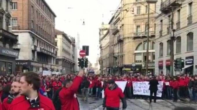 Lavoratoti Tim in protesta a Milano (Instagram)