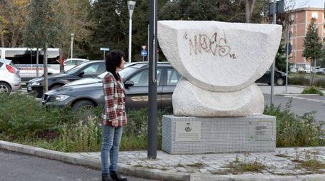 Il monumento deturpato (Foto Agostini)