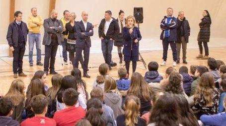Studenti dell'istituto Poggi Carducci assistono all'inaugurazione della nuova pavimentazione in parquet della palestra presentata dagli amministratori