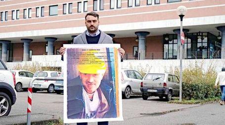 Il fratello di Luciano Stiffi durante un'azione dimostrativa sotto il tribunale
