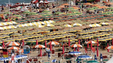 20040428 - GENOVA - CRO - TURISMO: CARO-SPIAGGE, LE REGIONI CONTRO AUMENTO 300% CANONI  LIGURIA CAPOFILA DI UN INCONTRO PER CANONI DEMANIALI - Una foto di archivio della spiaggia di Riccione affollata di turisti .                    STR/BENVENUTI / ANSA / DEF