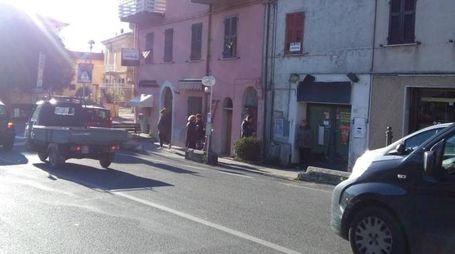 L'attraversamento di piazza Garibaldi dove è avvenuto ieri l'investimento e, a sinistra, un soccorso nello stesso punto lo scorso anno