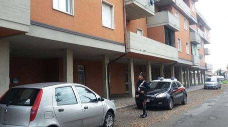 I carabinieri all'ingresso della palazzina di Ombriano dove i ladri hanno tentato di entrare in una casa da una porta finestra