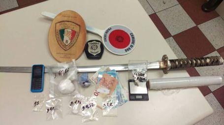 La spada e altro materiale sequestrato dalla polizia locale