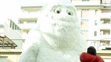Le operazioni di spostamento dello yeti e di Babbo Natale hanno movimentato la mattinata  di ieri in viale Ceccarini: tante persone hanno approfittato per scattarsi un selfie col le statue