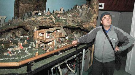 Maurizio Veterani con il presepe