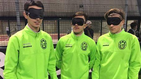 Gli allievi della squadra cremasca con le mascherine sugli occhi per simulare la condizione dei non vedenti
