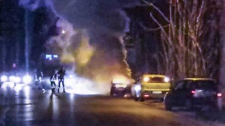 Molini di Tenna, i vigili del fuoco spengono l'incendio di un'auto (Foto Zeppilli)
