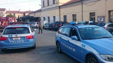 Due pattuglie del commissariato di Sarzana di fronte all'ingresso della stazione (foto di archivio)