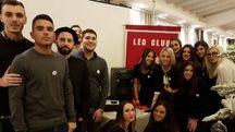 Gli amici di Elisa Pezzini con l'impianto donato alla polizia stradale